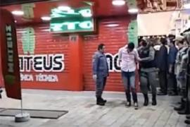 Vídeo - Assaltantes fazem reféns em loja de celular em Santa Cruz do Capibaribe