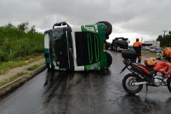 Caminhoneiro alcoolizado é detido após provocar acidente na BR-101.