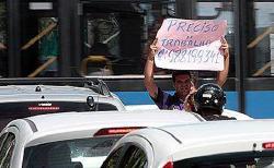 Atitude - Homem consegue emprego usando um cartaz em sinal de trânsito no Recife