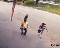 Vídeo - Pneu se solta de reboque e acerta cabeça de pedestre