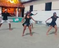Vídeo - Raio cai em árvore durante apresentação de dança em escola