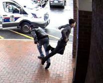 Homem de bengala dá rasteira e derruba um suspeito em fuga