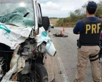 Vídeo mostra momento em que Van colide de frente com moto. Duas pessoas morrem.